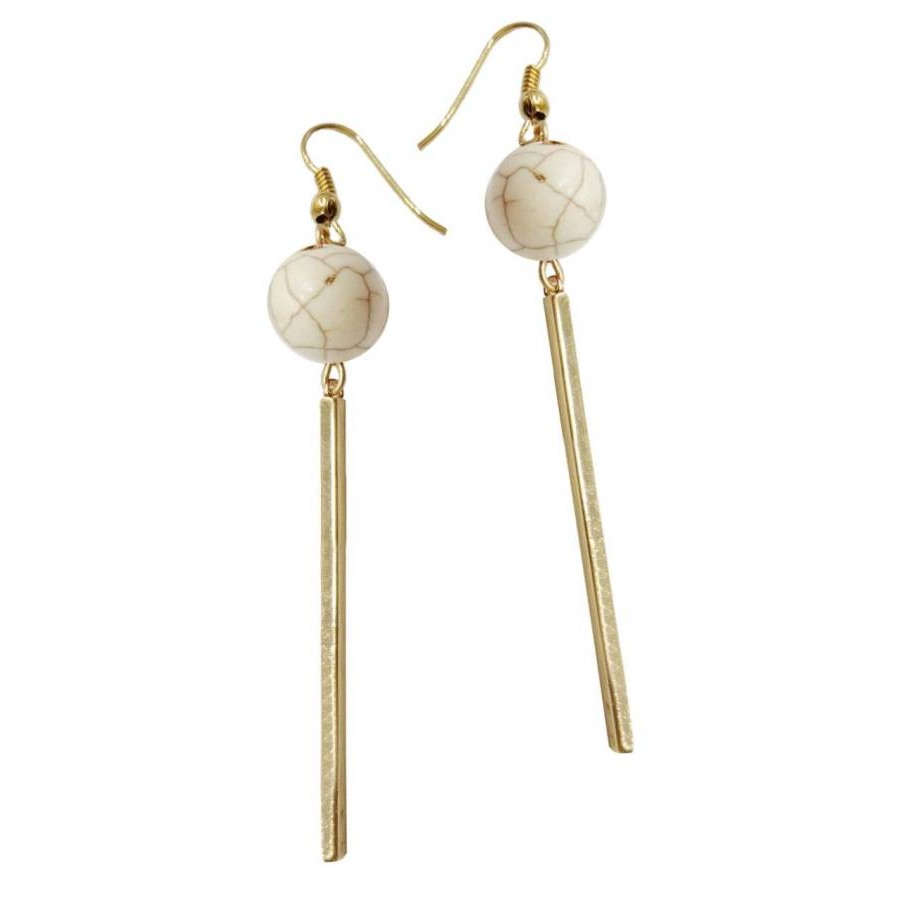 Earrings with metal elements and ecru colored pearls